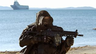 Un plongeur des opérations spéciales appartenant au commando Hubert avec son fusil d'assaut, le 12 février 2009. (ARNAUD BEINAT / MAXPPP)