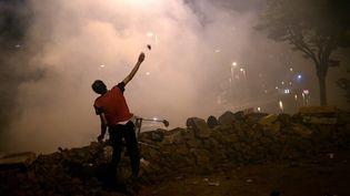 Des heurts ont éclaté entre la police et des manifestants, mardi 4 juin 2013, à Istanbul, en Turquie. (ARIS MESSINIS / AFP)