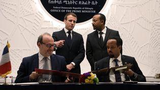 Le président français Emmanuel Macron, le Premier ministre éthiopien Abiy Ahmed (en haut), le directeur de l'Agence française de développement Rémy Rioux et le ministre éthiopien des Finances Ahmed Shide signent un accord de coopération à Addis Abeba, le 12 mars 2019. (Ludovic MARIN / POOL / AFP)