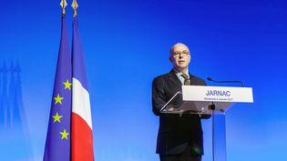 Bernard Cazeneuve rend hommage à François Mitterrand pour le 21e anniversaire de sa mort, à Jarnac (Charente), le 8 janvier 2016. (YOHAN BONNET / AFP)
