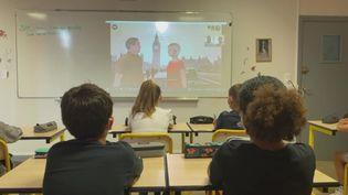 Des élèves apprennentles heures en anglais grâce au jeu vidéo qu'ils ont créé. (France 3 Rodez)