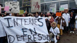 Des internes en médecine manifestent devant l'Agence Régionale de Santé Bourgogne-Franche-Comté, à Besançon, le 13 décembre 2019. (ANNE FAUVARQUE / RADIO FRANCE)