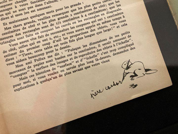 """Extrait d'un album du Père Castor à découper, avec la lettre adressée aux enfants, signée du Père Castor,exposé à la galerie Gallimard à Paris dans l'exposition""""Père Castor, Histoires d'hier et d'aujourd'hui"""", septembre 2021 (Laurence Houot / FRANCEINFO)"""