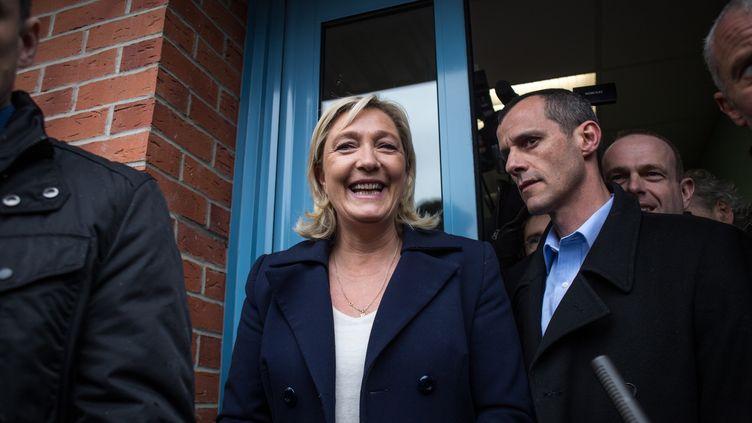 La présidente du FN, Marine Le Pen, sort d'un bureau de vote lors du second tour des élections départementales à Hénin-Beaumont (Pas-de-Calais), le 29 mars 2015. (MICHAEL BUNEL / NURPHOTO / AFP)
