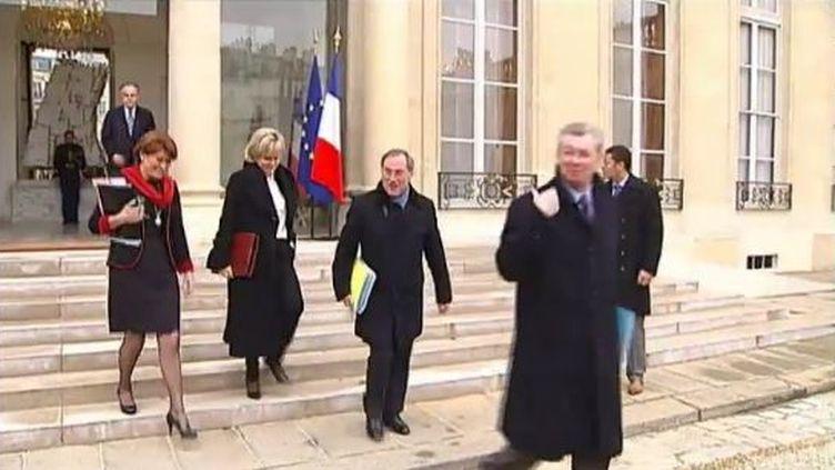 Claude Greff, Nadine Morano, Claude Guéant etHenri de Raincourt à la sortie du conseil des ministres, le 15 février 2012 au palais de l'Elysée (Paris). (FTVI / FRANCE 2)