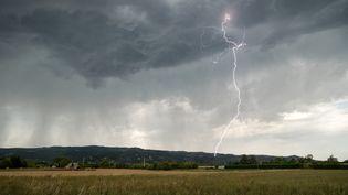 Un orage dans la Drôme, près de Valence, le 12 février 2020. (XAVIER DELORME / BIOSPHOTO / AFP)