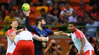 Le Français Nikola Karabatic aux prises avec trois joueurs danois en finale du tournoi olympique à Rio, le 21 août 2016. (FRANCK FIFE / AFP)