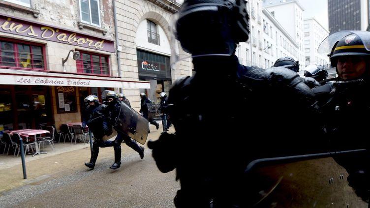 """Des policiers interviennent lors des manifestations en faveur du mouvement """"Black Lives Matter"""" à Nantes (Loire-Atlantique), le 13 juin 2020. (JEAN-FRANCOIS MONIER / AFP)"""