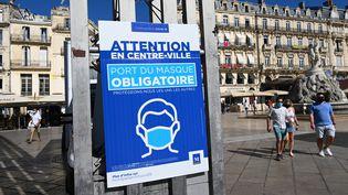 Des affiches rappellent le port obligatoire du masque à Montpellier (Hérault), le 25 août 2020. (PASCAL GUYOT / AFP)