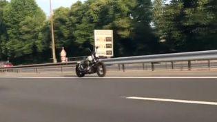 Une vidéo filmée le 28 mai montrait une moto roulant sans pilote sur l'A4 entre le Val-de-Marne et Paris. Elle n'était pas truquée. (Le Parisien)