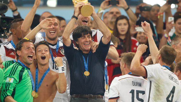 Joachim Löw soulève le trophée de la Coupe du monde 2014, le 13 juillet 2014. (BEN QUEENBOROUGH / BACKPAGE IMAGES LTD)