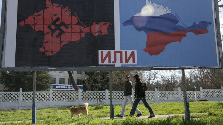 Panneaux d'affichage pro-russes en vue du référendum sur le rattachement de la Crimée à la Russie, à Sebastopol (Ukraine), le 13 mars 2014. (BAZ RATNER / REUTERS)
