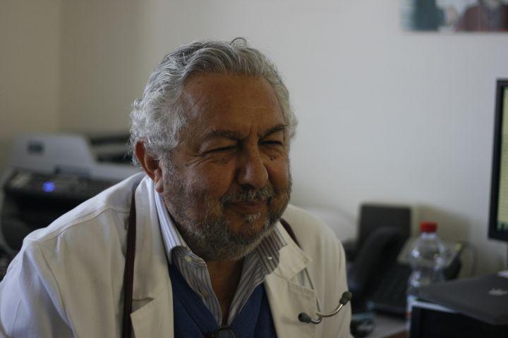 Le docteur Aldo Di Piazza, ici le 22 avril 2015,vit à Palerme et passe deux jours par semaine au centre médical de Lampedusa depuis vingt-cinq ans. (GAEL COGNE / FRANCETV INFO)
