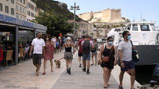 Des piétons sur le port deBonifacio (Corse-du-Sud) le 5 août 2020. (PASCAL POCHARD-CASABIANCA / AFP)