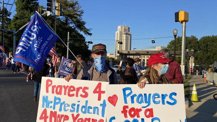 Des partisans de Donald Trump devant l'hôpital militaire Walter Reed, à Bethesda près de Washington (Etats-Unis) le 3 octobre 2020 (GREGORY PHILIPPS / FRANCEINFO / RADIO FRANCE)