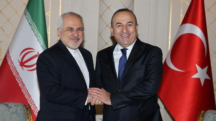 Le ministre des Affaires étrangère iranien, Javad Zarif, et son homologue turc, Mevlut Cavusoglu, retrouvent le sourire en parlant affaires, le 19 mars 2016 à Téhéran. (Abdulhamid Hosbas/Anadolu Agency/AFP)