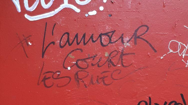 """Le tag """"l'amour court les rues"""", dans le 18e arrondissement de Paris, de Wilfrid A, accusé de viols et agressions sexuelles par 25 femmes. (STÉPHANIE BERLU / FRANCE-INFO)"""