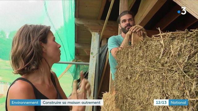 Innovation : en Dordogne, un couple construit entièrement sa maison en bois en en paille