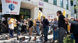 Des agriculteurs bloquentle siège de Pôle emploi, à Paris, le 27 mai 2021. (ANNA KURTH / HANS LUCAS / AFP)