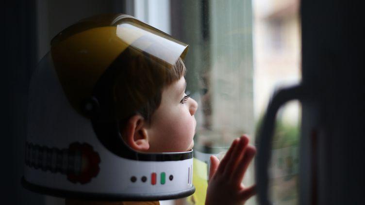 Un garçon de 4 ans et son casque de cosmonaute. Les générations à venir connaîtront un monde de l'emploi très automatisé. (Illustration) (CATHERINE DELAHAYE / DIGITAL VISION / GETTY IMAGES)