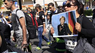 Des migrants quittent Budapest à pied pour se rendre en Autriche, le 4 septembre 2015. (BERNADETT SZABO / REUTERS)