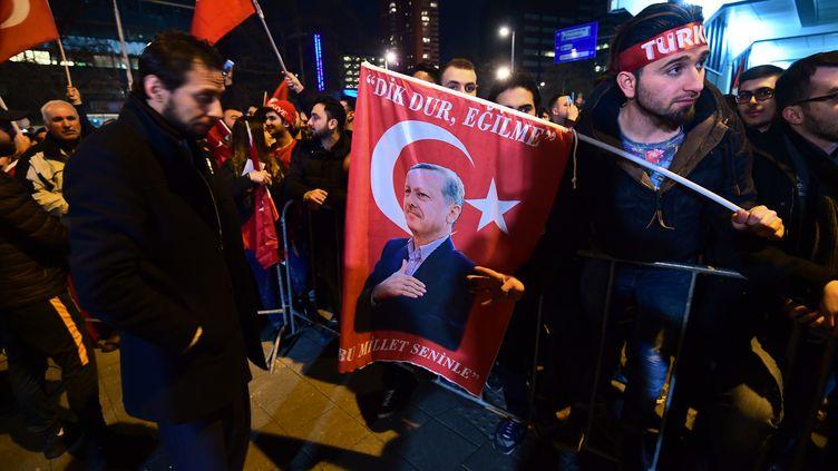 Des ressortissants turcs manifestent devant le consulat turc de Rotterdam (Pays-Bas), le 11 mars 2017. (EMMANUEL DUNAND / AFP)