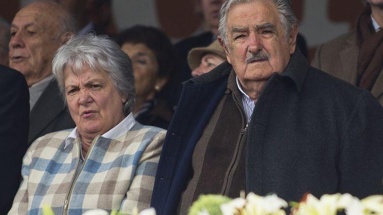 Le président urugayen, José Mujica, et son épouse, Lucia Topolansky, en septembre 2014 à Montevideo. (PABLO PORCIUNCULA / AFP)