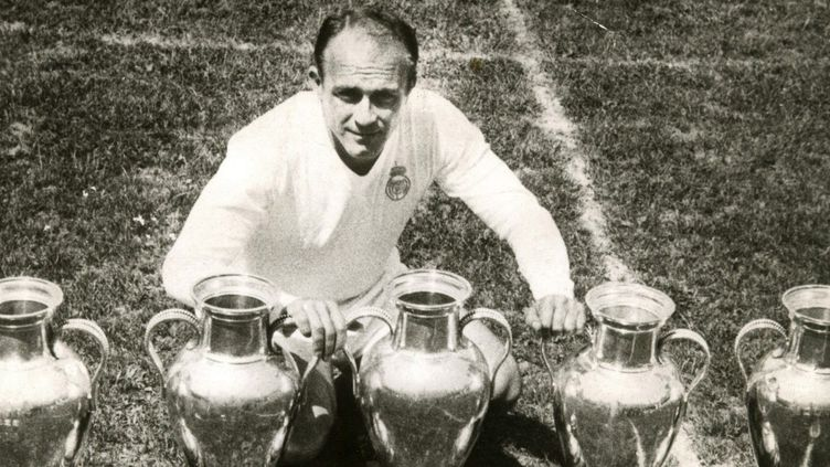 Alfredo Di Stefano posant avec ses cinq Coupes des clubs champions. (- / MAXPPP)