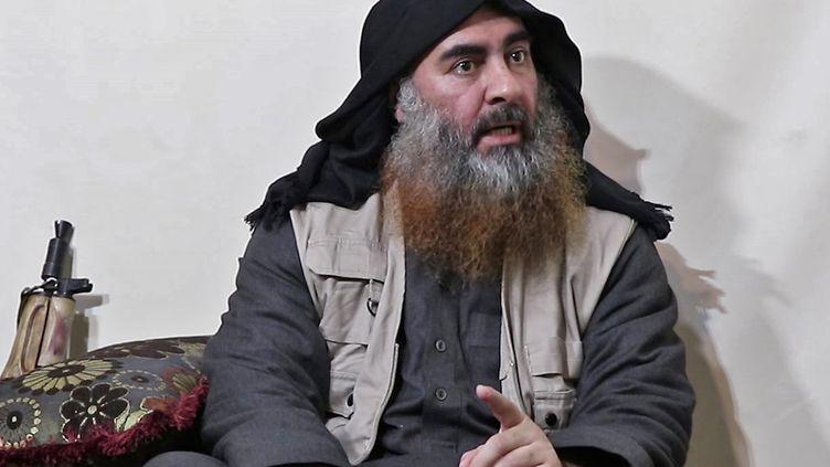 Capture d'écran d'une vidéo non datée montrant Abu Bakr Al-Baghdadi, publiée le 29 avril 2019 par l'organe de propagande du groupe Etat islamique. (AFP)