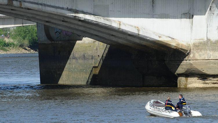 Lors des recherches de l'adolescent disparu, sur la Loire, au début de la semaine. (FRANCK DUBRAY / OUEST FRANCE / MAXPPP)