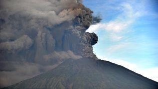 Le volcan Agung, le 26 novembre 2017 à Bali (Indonésie). (SONNY TUMBELAKA / AFP)