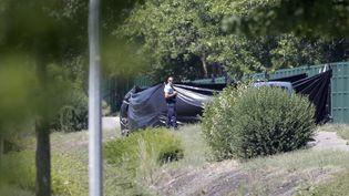 Arrivée sur les lieux, la police a découvert le corps d'une victime, décapitée.Accrochée à un grillage près de l'usine où a été commis l'attentat, la tête était recouverte d'inscriptions en arabe, selon une source proche du dossier. (  MAXPPP)