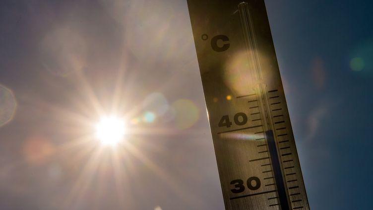 Un thermomètre affiche 39°C . (PHILIPPE HUGUEN / AFP)