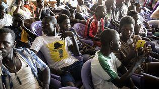 Des jeunes pêcheurs se réunissent, le 17 novembre 2020 à Mbour (un des plus grands lieux de départ des migrants clandestins) avec des politiciens pour discuter des moyens de créer des emplois afin de prévenir l'émigration irrégulière. (JOHN WESSELS/AFP)