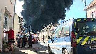 Un important incendie s'est déclaré à la mi-journée ce jeudi 26 octobre à l'usine Minerva Oil de Meuzac, au sud de la Haute-Vienne. Un homme est porté disparu. (FRANCE 2)