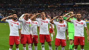 A la fin du match contre la France, les Turcs ont réalisé un salut militaire, le 14 octobre 2019 au Stade de France à Saint-Denis (Seine-Saint-Denis). (ALAIN JOCARD / AFP)