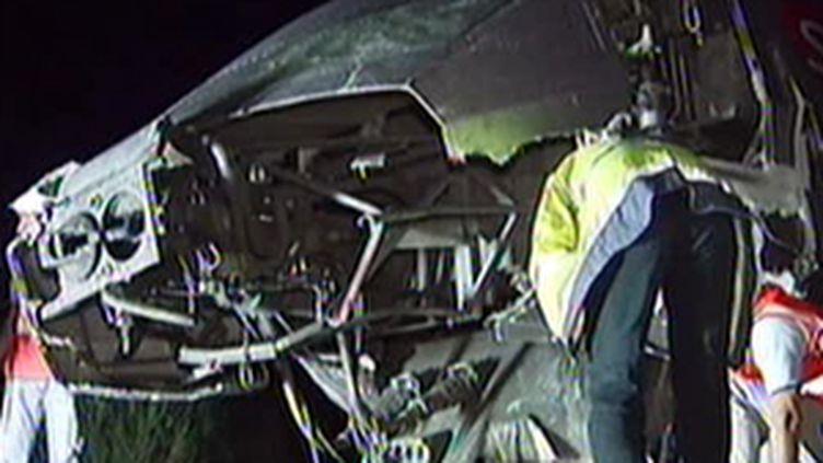 La motrice du TGV après le choc avec une voiture, survenu vendredi soir, 7 août 2009 (© France 2)