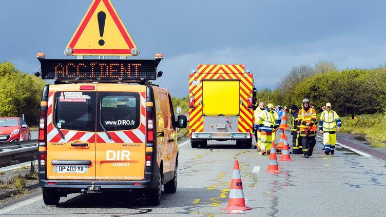 Les secours organisent une simulation d'accident sur une route près de Pontivy (Morbihan), le 25 avril 2019. (VALENTIN BELLEVILLE / HANS LUCAS / AFP)