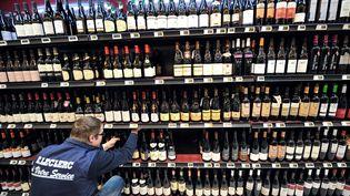 Le rayon alcool, dans un supermarché à Bailleul (Nord), photographié le 15 février 2012. (PHILIPPE HUGUEN / AFP)