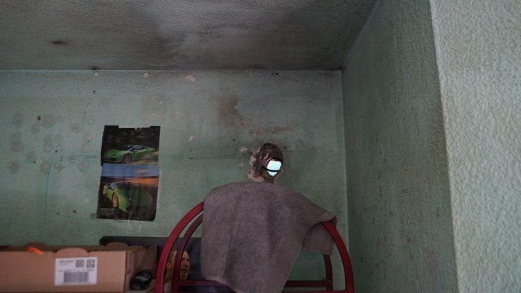 Un trou creusé dans une cellule de la maison d'arrêt des hommes. (CGLPL / FRANCETV INFO)