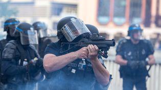 Un policier avec un LBD à la main, à Toulouse (Haute-Garonne), le 20 avril 2019. (FREDERIC SCHEIBER / HANS LUCAS / AFP)
