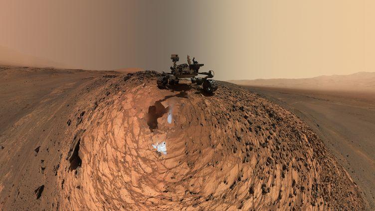 Cette image, diffusée le 20 août 2015 par la Nasa et constituée de plusieurs dizaines de clichés, montre le robot Curiosity en mission sur Mars. (NASA / JPL-CALTECH / MSSS / AFP)