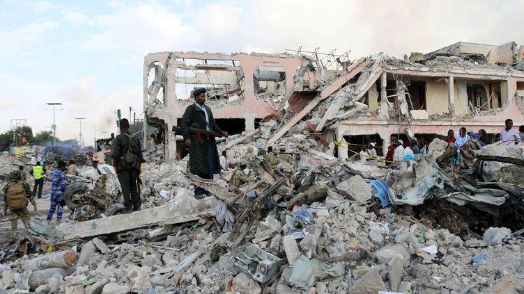 Un quartier de la capitale somalienne Mogadiscio, le 15 octobre 2017, après l'attentat au camion piégé. (FEISAL OMAR / REUTERS)