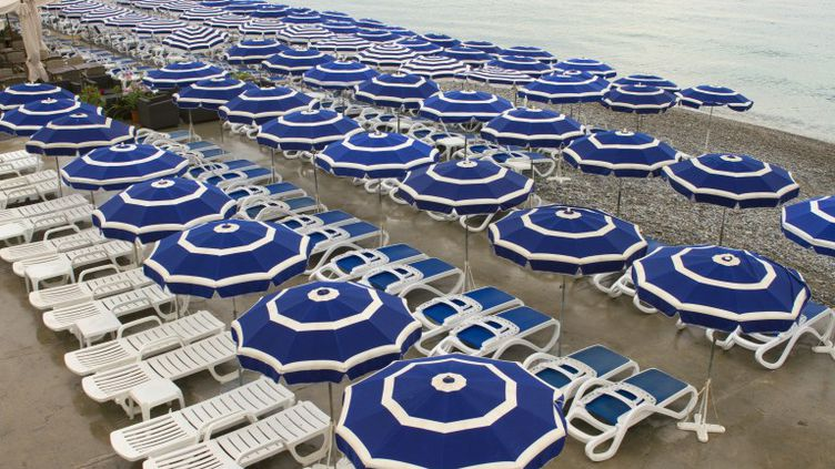Une plage privée à Nice (Alpes-Maritimes). (JACQUES LOIC / PHOTONONSTOP / AFP)