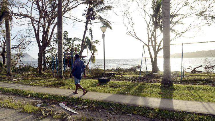 Un homme marche dans la ville dévastée de Port-Vila, dans l'archipel du Vanuatu, le 16 mars 2015. (FRED PAYET / AFP)