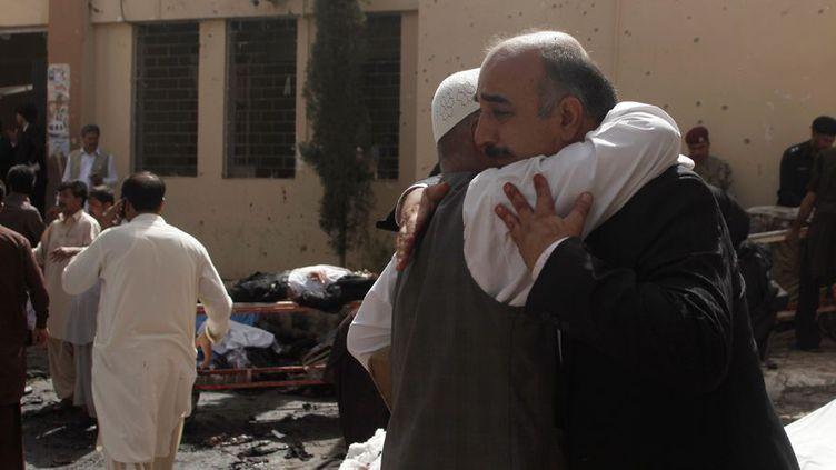 Deux pakistanais s'étreignent devant l'hôpital civil de Quetta, théâtre d'un attentat à la bombe le 8 août 2016. (Naseer Ahmed / Reuters)