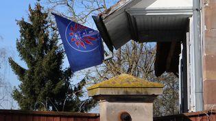 """Le drapeau du groupe d'extrême droite """"Bastion social"""", dans la commune d'Entzheim (Bas-Rhin), en février 2019. (VIOLETTA KUHN / DPA / MAXPPP)"""