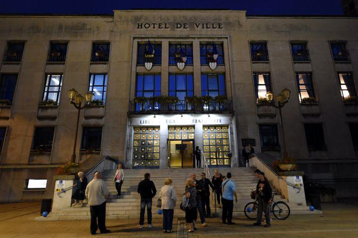 Des habitants quittent l'hôtel de ville de Hayange (Moselle), à l'issue du conseil municipal, le 3 septembre 2014. (MAXPPP)
