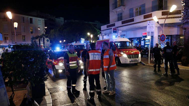 Des secours sont déployés àJuan-les-Pins (Alpes-Maritimes), dimanche 14 août 2016, après un mouvement de panique causé par un véhicule pétaradant dans les rues. (MAXPPP)