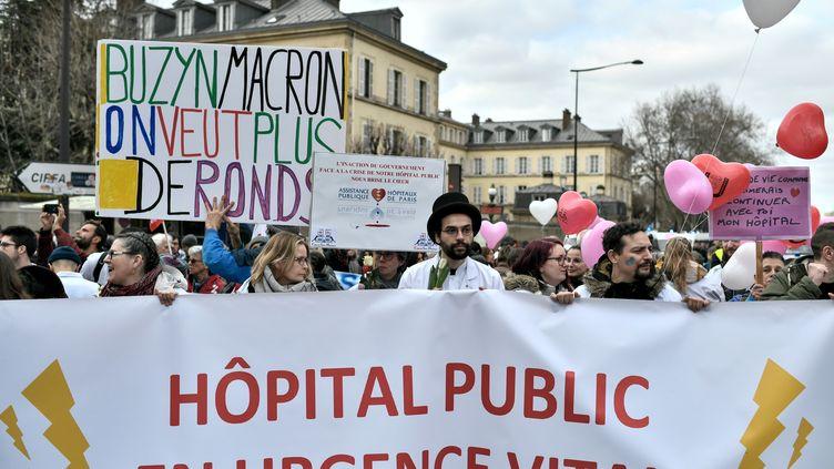 """Manifestation parisienne pour """"défendre l'hôpital public"""", le 14 février 2020.  (STEPHANE DE SAKUTIN / AFP)"""